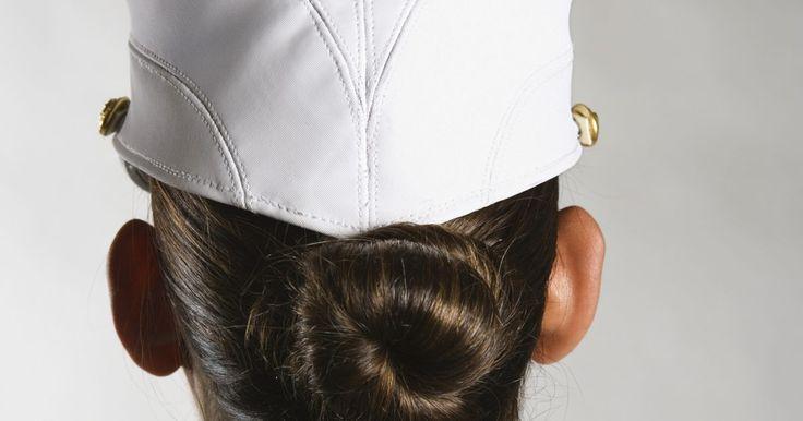 Como fazer um coque militar bem justo. Coques são penteados fáceis de fazer, que podem ser usados em várias situações. Porém, alguns cenários profissionais exigem este penteado, que constitui parte da identidade visual de dançarinos e mulheres militares. O coque militar, feito da mesma forma que o coque de bailarina, mantém eficientemente os cabelos da mulher longe do rosto. O coque ...