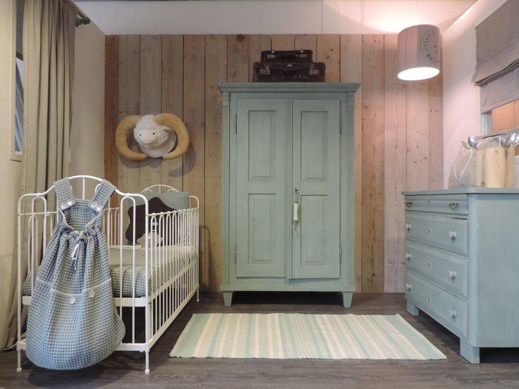 Zachtgroene babykamer met wit smeedijzeren ledikant.  www.nieuwedromen.nl