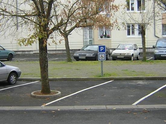 Place de parking pour handicapés (mais avec quelle voiture ?)