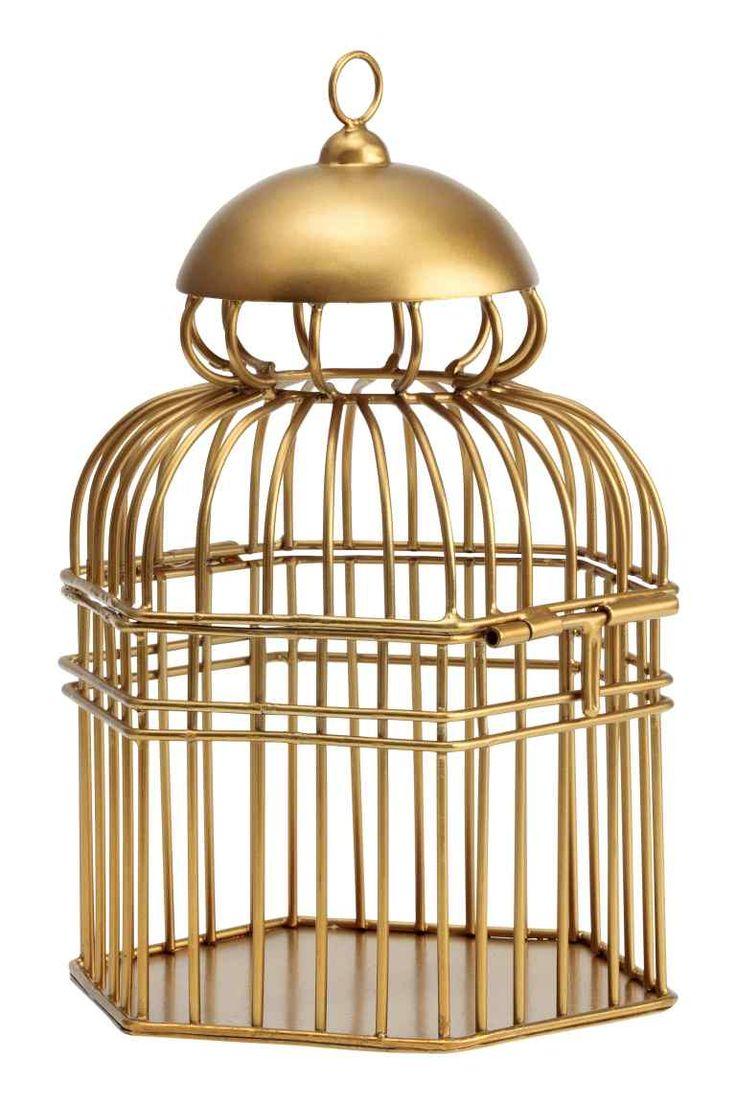 Gabbietta decorativa metallo: Gabbietta in metallo dorato con base esagonale. Occhiello in metallo per appenderla, chiusura a chiavistello. Altezza 22 cm, larghezza 14,5 cm.