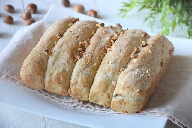 Il pane alle nocciole è una cosa che ho assaggiato in trentino da bambina, ha un sapore particolare ed indescrivibile! Può essere mangiato a colazione, magari con un po' di miele, ma anche a tavola q