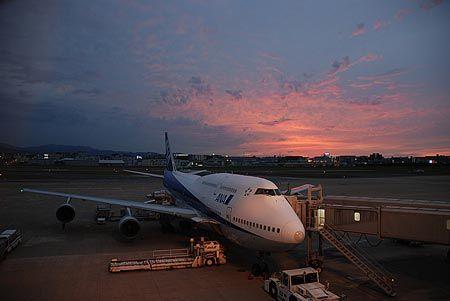 空港で、今から乗る飛行機を見ている内に、空が毒々しいまでの茜色に染まった。[2011/9 福岡空港 ANA268羽田空港行(福岡県)]© 2010 風旅記(M.M.) 風旅記以外への転載はできません...