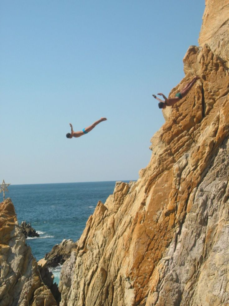 File:Cliffdivers in La Quebrada, Acapulco, Guerrero, Mexico  These people are nuts.  Lots of rocks below