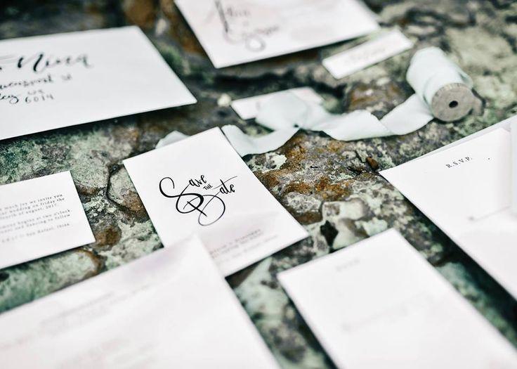 Een beeld zegt meer dan duizend woorden. Ilona vertelt graag jullie verhaal door middel van prachtige stationery. Met haar toffe mix van materialen gaat ze aan de slag om een persoonlijk ontwerp te maken dat echt betekenis heeft. Naamkaartjes, trouwkaarten, uitnodigingen, save the dates, wij vinden het allemaal even mooi!//Klik voor meer info!