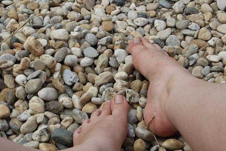 Léto je pro moje ztrápené nohy požehnáním. Chůze po kamínkách je to pravé pro příčně plochou nohu. Jen to pak chce nějakou dobrou mast na suchou kůži... už abych se pustila do výroby domácí měsíčkové masti.