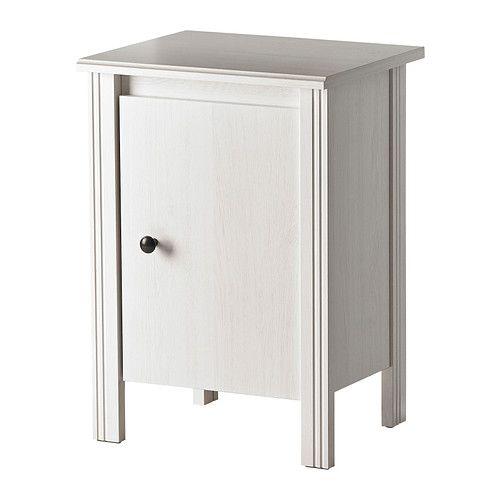 IKEA - BRUSALI, Mesilla de noche, blanco, , La puerta se puede montar hacia la derecha o la izquierda.En el interior hay espacio para una toma múltiple para los cargadores.Puedes pasar el enchufe a través del panel del fondo para llegar hasta la toma de corriente.
