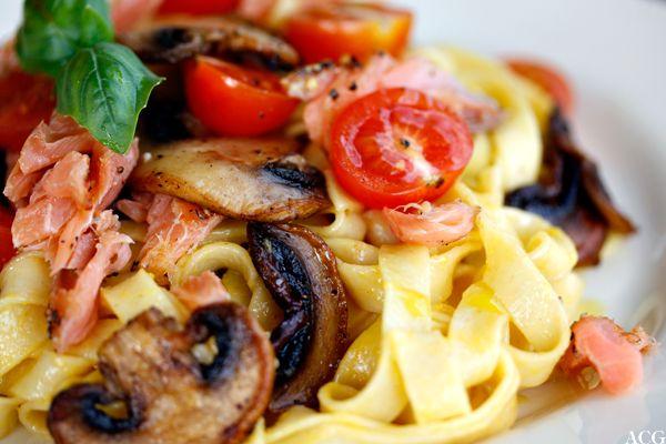 Spaghetti met varmrøkt laks og sopp