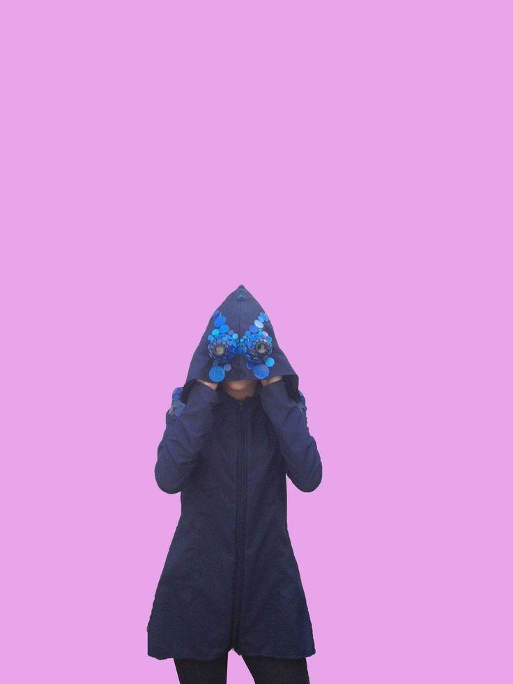 Casaca multifuncional con binoculares en la capucha.  Inspiración: camaleón pantera