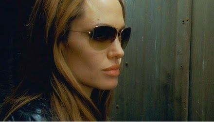 ad333eb9580 A ca de a e oliver peoples action movies jpg 440x252 Angelina jolie who  wears oliver peoples