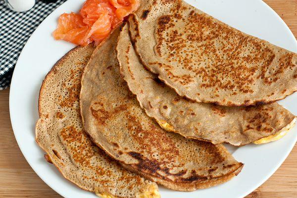 """Слово """"Galette"""" по-французски означает «лепешка», «сухарь», «галета», но на северо-западе Франции это блин из гречишной муки. Такие блины, как правило, сами по себе несладкие и подаются с несладкими начинками: сыром, яйцами, беконом, ветчиной или рыбой. Предлагаю попробовать самый простой вариант — галетты с яйцом. #pancakes #food #eda #recipes"""
