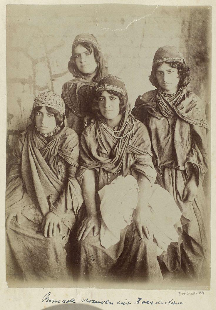 Antoine Sevruguin | Portret van vier jonge Koerdische vrouwen, Antoine Sevruguin, c. 1880 - c. 1895 | Onderdeel van Reisalbum van H. Dunlop met foto's van bezienswaardigheden in Perzië, Schotland, Duitsland, Rusland, China en Canada.