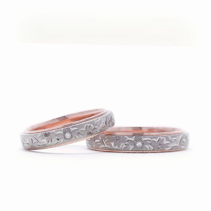 【結婚指輪 桜子(さくらこ)】 永遠に散る事のない美しき桜の舞がふたりの人生を華やかに輝かせると願いが込められた桜子。 あたたかみのある色合いが人気の手彫りリングです。 素材:PG/Pd。