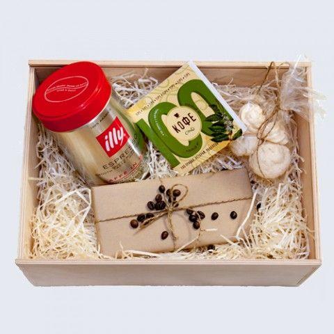 Сначала кофе  Эта коробка самая кофейная. Прекрасный подарок, чтобы сказать спасибо особым клиентам или партнерам, принести тепло в дом, отметить праздник или особый случай. - Всеми любимый кофе Illy. Сладкий сложный дразнящий аромат с нотками шоколада, меда и карамели. -Шоколад Lindt 85% какао. Он воплощает в себе блаженство в сочетании ароматов какао, обжаренного кофе и дерева. - Безе - Книга Кофе. 100 правил, историй, рецептов – кратко, емко и очень любопытно.