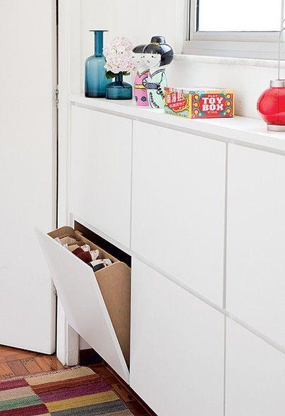 Embaixo da janela do closet deu para instalar a sapateira revestida de laminado. Com 18 cm de profundidade, é suficiente para pôr os sapatos em pé nas gavetas basculantes de 65 x 42 cm cada uma: