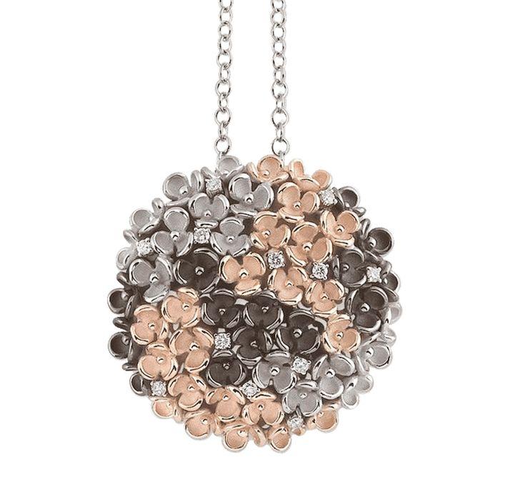 """Подвеска из золота с бриллиантами ручной работы и эксклюзивного дизайна. Гортензия - цветок, который является символом искренних чувств и чистой любви. Это прекрасный подарок, который всё """"скажет"""" за вас."""