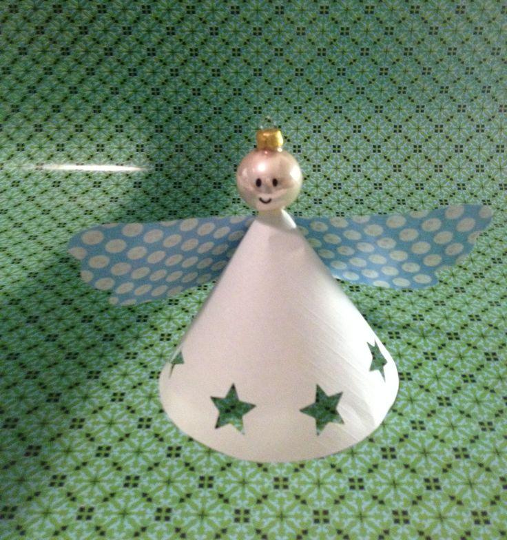 Een engel knutselen van papier en een kerstbal voor in de kerstboom, gemaakt door Suus kinderfeestjes