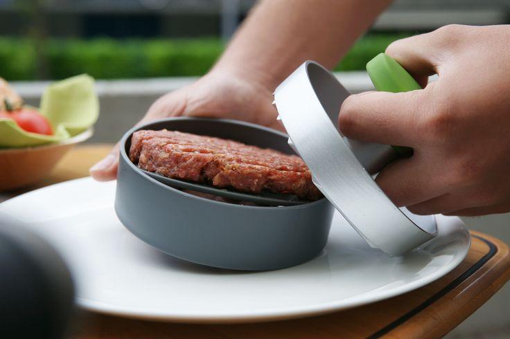 Připravte si burgery skvělé nejen chutí ale i na pohled. Díky praktickému lisu na burgery OUTDOORCHEF je to hračka. Lis lze snadno rozložit a všechny části jsou omyvatelné v myčce.