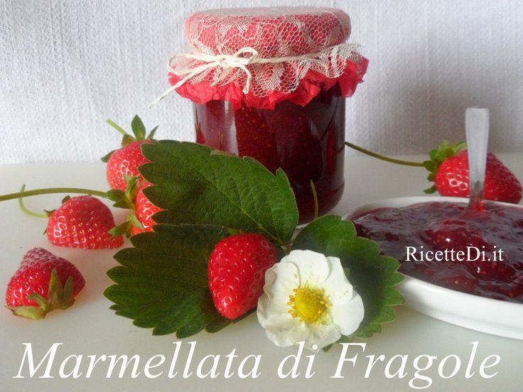 Una marmellata di fragole perfetta! Il procedimento è semplicissimo: fragole fresche condite con limone e zucchero, e poi cotte in padella a fiamma dolce