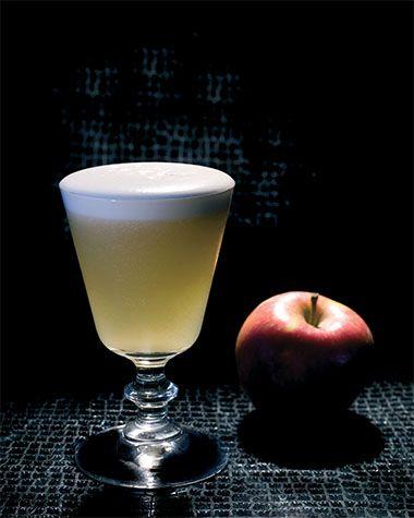 Bereiden: Koel het glas voor met gepileerd ijs. Doe de Calvados, de Peach Brandy, de poedersuiker het llimoensap en eiwit in een mixglas. Deze cocktail wordt 'dry geshaked', zonder ijs dus. Neem de shaker, voeg de ingrediënten samen en schud lang en krachtig. Open de shaker en voeg ijsblokjes toe en schud nogmaals krachtig.
