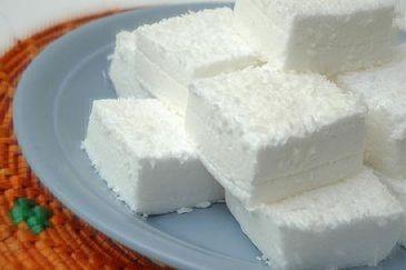 maria-mole diet, sem açúcar e com baixas calorias!! – 1 pacote de gelatina branca em pó sem sabor hidratada  – 3 colheres (sopa) de água  – 4 claras em neve  – 1/2 xícara (chá) de adoçante sucralose granular  – 1/2 xícara (chá) de leite de coco light  – 3 colheres (sopa) de coco ralado  – 1 colher (sopa) de margarina para untar a assadeira