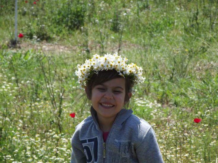 Kızıma papatyalardan taç yaptık (Papatya ve Berilsu.jpg)