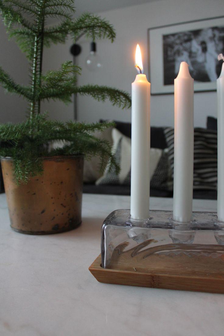 Adventsljusstake rumsgran jul juldekoration inredning marmorbord vardagsrum