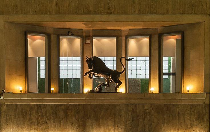 """Milano, piazza San Babila - Palazzo del Toro (Emilio Lancia, 1935-39) - la galleria con 'Il Toro"""" della Società Toro Assicurazioni"""