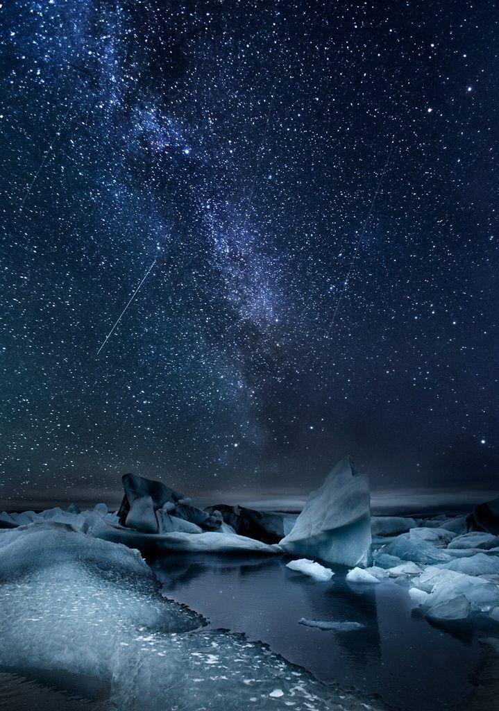 El brillo del hielo del glaciar refleja la belleza de las #estrellas de la #VíaLáctea ¡Un deseo a la #estrellafugaz! Milky way over the Glacier Lagoon, south coast of Iceland.