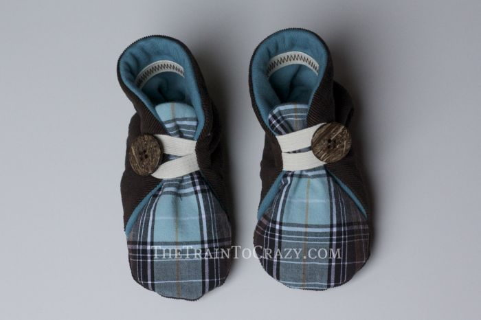 from Handmade Beginnings by Anna Maria Horner. These would be the cutest gift to make for expecting friends.Sewing Quilt, Seam Sewing, Sewing Baby, Kids Boots, Boys, Kids Baby, Buttons Booty, Cutest Gift, Baby Shoes