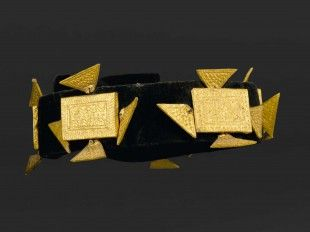 "39 Stirnband, ""abotire"" (TRIBAL ART) Akan, Côte d'Ivoire Gesockelt (base included) Textil, Holz, Goldfolie. Ø 24 cm.   Provenienz: Galerie Walu, Zürich."