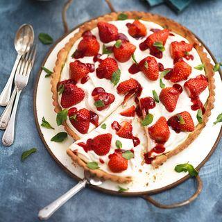 Met deze feestelijke aardbeientaart vier je de lente! Het romige van de mascarpone combineert goed met de zoetzure smaak van aardbeien en de krokante taartbodem. Maak 'm af met wat verse muntblaadjes