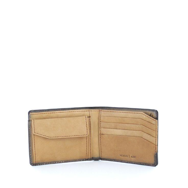 Cartera de última tendencia en moda de hombre. Plegable en piel marrón, con tres bolsillos interiores y compartimento para tarjetas, además de una sencilla billetera. Lo que más te gustará será su monedero incorporado con doble cierre.    #businesscasual #cool #menstyle