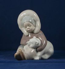 Lladro figurine ESKIMO PLAYING #1195 no box