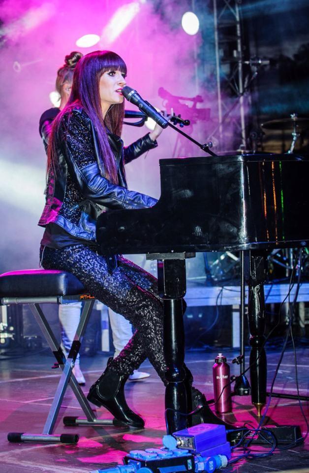 Sylwia Grzeszczak świetny koncert na żywo lepiej niż w TV na prawdę zrobiła kobieta wrażenie ;) Warto się przejść ;P