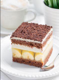 Твороженное тирамису с бананами, шоколадным бисквитом  и желатиновой прослойкой. Крем из творожной массы с добавлением желатина со сливками. Желатиновую прослойку с любого подходящего желе.