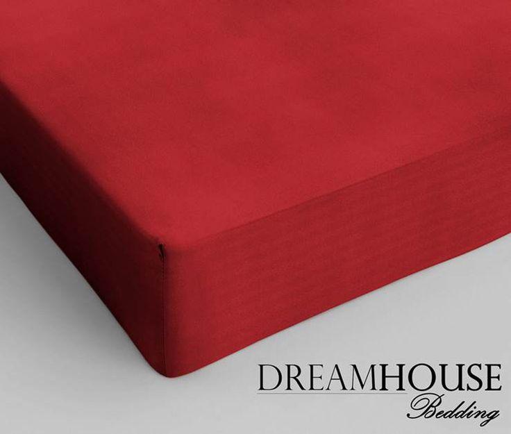 Dit overheerlijk liggende hoeslaken van Dreamhouse Bedding is vervaardigd van 100% hoogwaardig glad katoen. Het hoeslaken is in verschillende kleuren te verkrijgen, waardoor er altijd een kleur te vinden is die bij je huidige dekbedovertrek past. Het hoeslaken heeft een hoekhoogte van 30cm en is voorzien van een rondom elastiek. Materiaal:Katoen Kleur:Rood Afmeting: 90 x 220cm  - Hoeslaken Dreamhouse Bedding Katoen Red 90 x 220cm