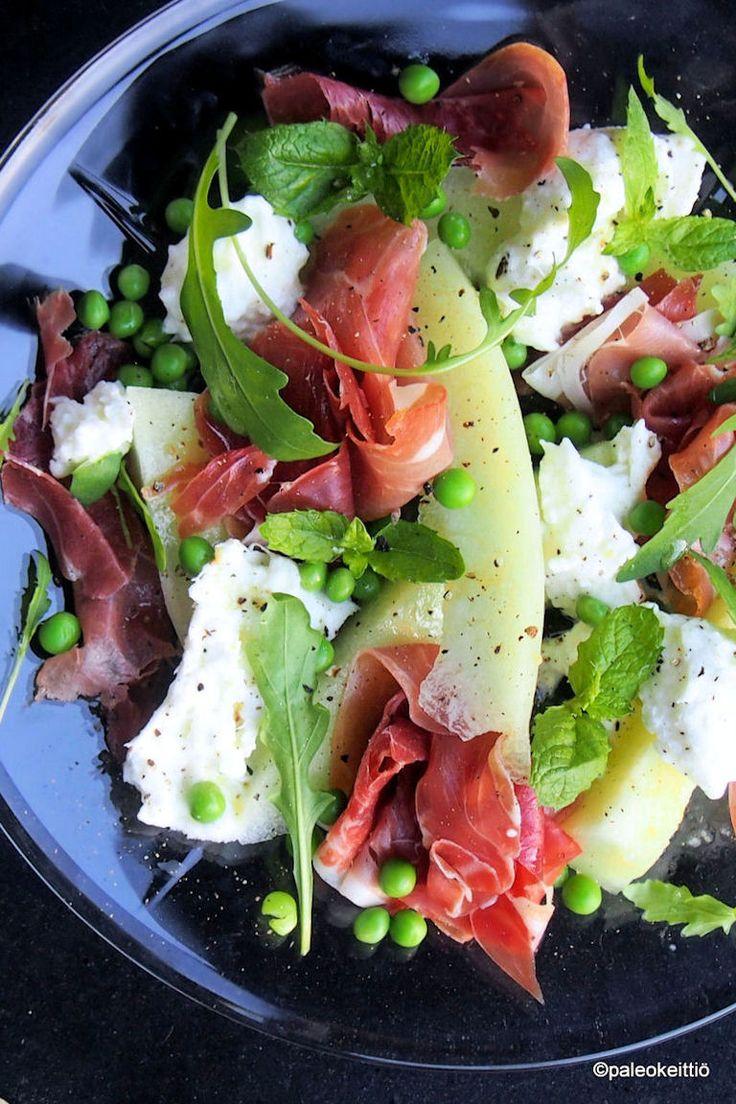 Deligasminen kokemus – Prosciuttoa, melonia ja mozzarellaa lautasella /// Kaikenlaiset melonit ovat saapuneet kauppoihin raikastamaan kesälautasia. Yksinkertainen ja yksinkertaisesti herkullinen, välimerellinen annos syntyy pikaisesti pistämällä parmankinkkua ja mozzarel…