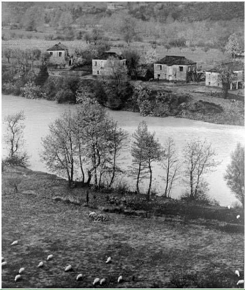 Ο οικισμος Μαυριας στις οχθες του Αχελωου,πρίν χαθεί χάρην του φράγματος Κρεμαστών φωτ.Κώστας Μπαλάφας