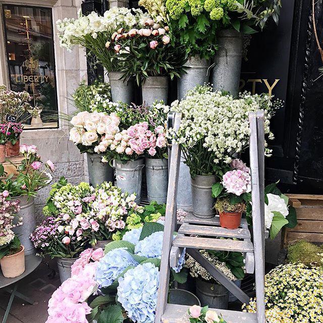 Back to London! Foto da banca de flores da @libertylondon, acho que um dos lugares mais fotografados de Londres! Vic Ceridono | Dia de Beauté
