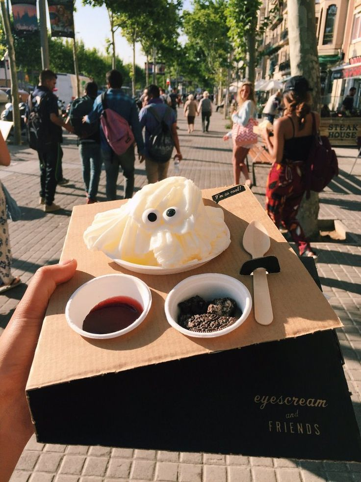 Eyescream and Friends - Barcelona, España. Cheesecakes shaved ice with strawberry jam and Oreos. So cute!