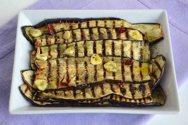 Le melanzane grigliate sono un contorno di verdura facile e veloce da realizzare, perfette sia da servire come antipasto che come contorno per accompagnare le grigliate di
