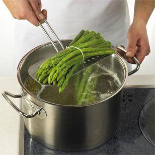 Grüner Spargel benötigt in der Regel eine kürzere Spargel-Kochzeit als weißer. weißen Spargel kochen: 15 bis 20 Minuten grünen Spargel kochen: ca. 8 Minuten