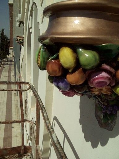 Restauracion de la Fachada del Espai Jove, en Villareal. Montaje de las  cornocopias en relieve realizadas en resina de Poliester.