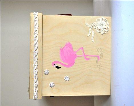 Κουτί βάπτισης ζωγραφισμένο ροζ Φλαμίνγκο και ιδιαίτερες δαντέλες,  Στο καπάκι του κύβου υπάρχει η δυνατότητα να ζωγραφίσουμε όνομα .