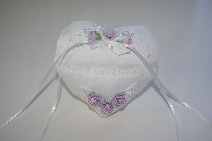 Laat bij Corrie's bruidskindermode je ringenkussentje maken. Dit schattige hartvorm ringenkussentje kan ook met roze en ivoorkleurige roosjes. Op de foto staat de trouwdatum op het kussentje geborduurd, maar het kan ook met de namen van het bruidspaar. Dan wordt het kussentje wel iets groter. Kijk snel op bruidskindermode.nl. Trouwen, bruiloft, huwelijk, trouwringen, romantisch.