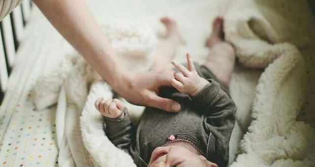 Posizione corretta dei bimbi nelle culle o lettini Care mamme fate attenzione a come posizionate i vostri bimbi nella culla o nel lettino. Molto spesso bimbo neonato culla lettino