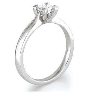 Anillo de compromiso solitario elegante y sencillo que levanta el diamante en cuatro garras, realzando el brillo de la piedra central y dejando ver cada detalle de su montura. Puedes adquirirlo en www.joyeriaydiamantes.com