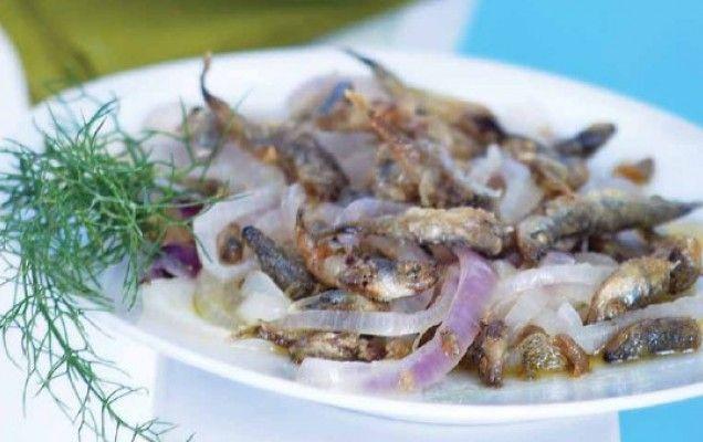 Συνταγή για αθερίνα τηγανιτή με κρεμμυδάκια.