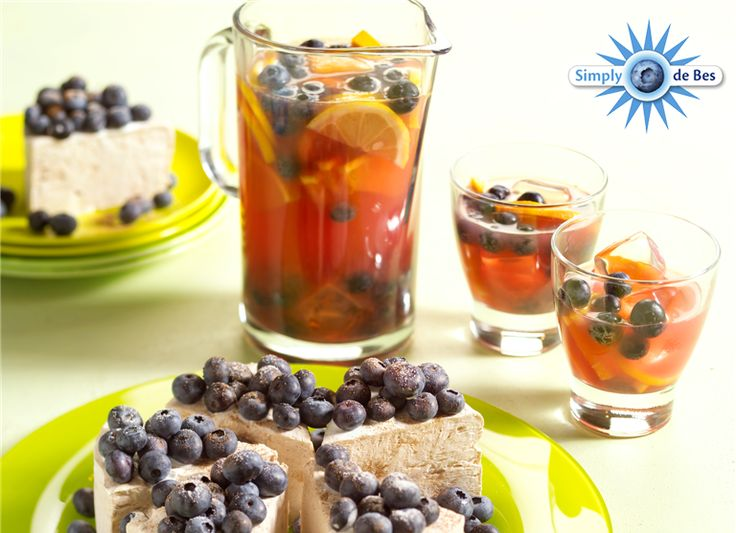 Deze sangria met blauwe bessen is heerlijk voor op een zomerse dag! #zomersedag #gezond #genieten #blauwebessen #zomerfruit #fruit