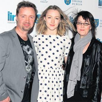 actor Paul Ronan y su hija la actriz Saoirse Ronan junto a su madre Mónica